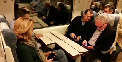 Juan Carlos Pérez Navas (PSOE), segundo desde la derecha, en el tren.