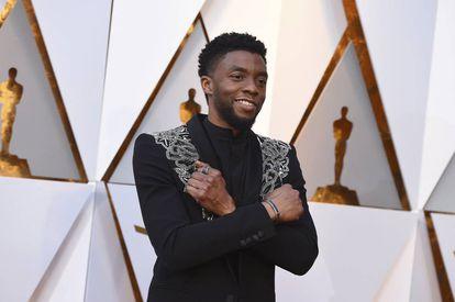 Chadwick Boseman en la ceremonia de los Oscar de 2009, haciendo el gesto que le identificaba en la película 'Black Panther'.
