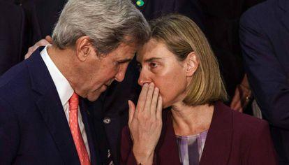 La alta representante para la Política Exterior Europea, Federica Mogherini, habla con el secretario de Estado estadounidense, John Kerry.