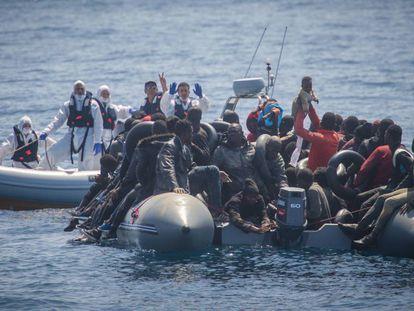 Agentes italianos participan en una operación de Frontex en el Estrecho, en octubre de 2019.