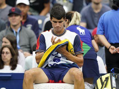 Carlos Alcaraz, durante una de las pausas del partido contra Gojowczyk en Nueva York.