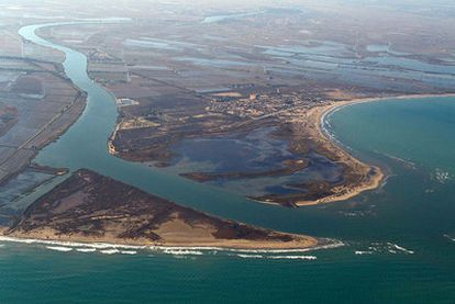 Desembocadura del río Ebro, cuyo delta está en regresión.