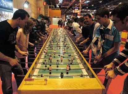 Un futbolín gigante, en el que pueden jugar a la vez 20 personas, en la feria Juvenalia de Ifema.