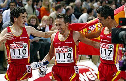 Alberto García (en el centro), Antonio J. Pentinel (a la derecha) y Jesús España celebran sobre la pista su triplete en los 3.000 metros.