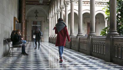 Alumnas pasean por el claustro de la Universidad de Barcelona (UB)