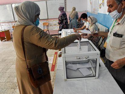 Una mujer deposita su voto este sábado, en un colegio electoral a las afueras de Argel.