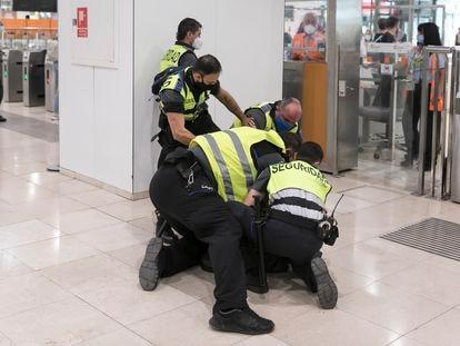 Un momento de la actuacion de los miembros de seguridad de Renfe de la Estacion de Sants que han inmovilizado una mujer transexual.