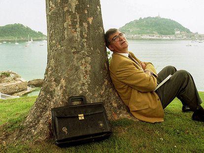 El exministro de Sanidad, en el documental 'Ernest Lluch, libre y atrevido', posa frente a la bahía de la Concha en San Sebastián en julio de 1998.
