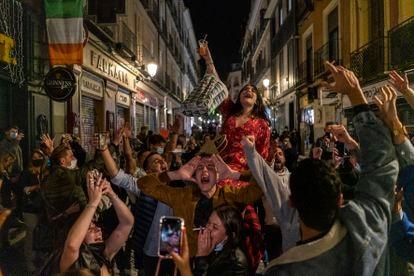 Decenas de personas en el centro de Madrid este viernes, tras salir de los bares a las once de la noche, hora que marca el toque de queda en la comunidad.