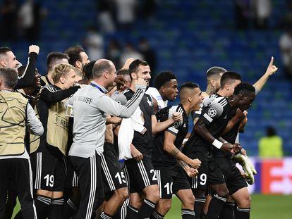 La celebración de los jugadores del Sheriff después de la victoria (1-2) en el Bernabéu.