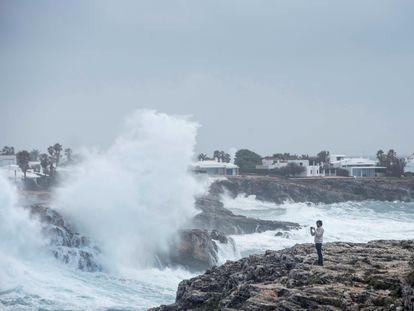 Grandes olas rompen este viernes contra las rocas en Binidalí (Mahón), a causa del paso de la borrasca 'Hortense'.