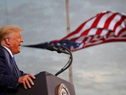 """<b>La verborrea por bandera.</b> Toda la gama posible de exabruptos, insultos, amenazas, medias verdades y mentiras completas ha salido de la boca de Donald Trump durante su presidencia. Una verborrea agresiva con el pretexto del manido """"Make America Great Again"""" y la obsesiva presencia de símbolos nacionales como telón de fondo. En la foto, Trump da un discurso en el aeropuerto de Cecil, en Jacksonville (Florida), el 24 de septiembre."""