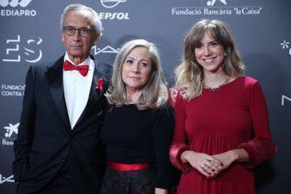 Aina Clotet, anoche en la gala People in Red, junto a sus padres, Bonaventura Clotet y Anna Fresquet.