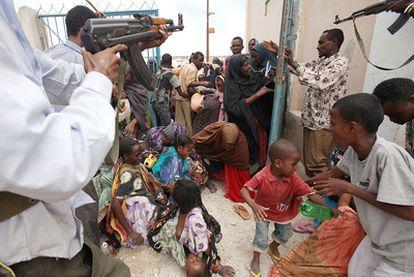 Tumulto de refugiados somalíes ante el hospital de campaña de una organización humanitaria sudafricana en Mogadiscio, el pasado día 8.