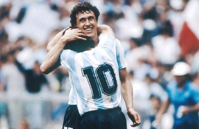 Valdano abraza a Maradona durante el Mundial de México 86.