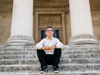 El psiquiatra Anthony David, en la entrada del edificio principal del University College en Londres el pasado 8 de julio.