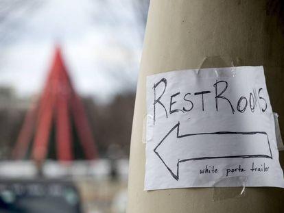 Una señal para que indica llegar a un baño improvisado en el Centro para visitantes de la Casa Blanca, que se mantiene cerrado por el shutdown.