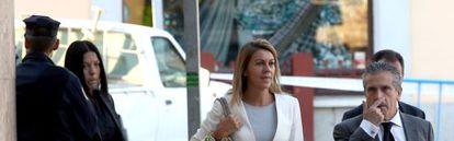La secretaria general del PP, Dolores de Cospedal, llega con sus abogados a los juzgados de Toledo.