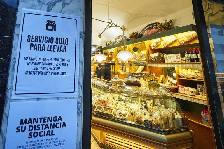 Cartel en la entrada a un comercio de Pamplona.