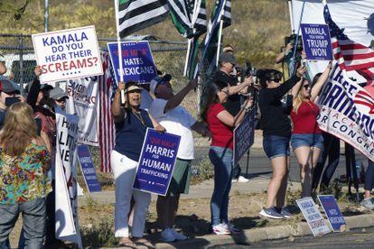 Manifestantes protestan a las afueras del centro de procesamiento de El Paso ante la llegada de la vicepresidenta Harris.