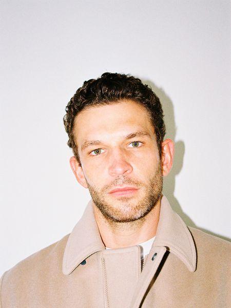 Arnaud Valois, retratado en exclusiva para ICON, viste Louis Vuitton por Virgil Abloh.