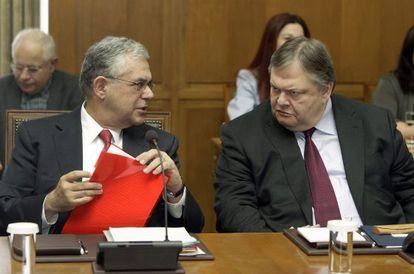 El primer ministro griego, Lucas Papademos (a la izquierda), charla con el ministro griego de Finanzas, Evangelos Venizelos