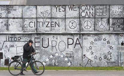 Un hombre pasa junto a un mural artístico sobre Europa en la ciudad de Sibiu (Rumania).