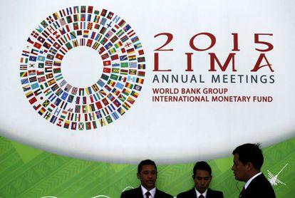 Asistentes a la asamblea del FMI y del Banco Mundial en Lima (Perú).