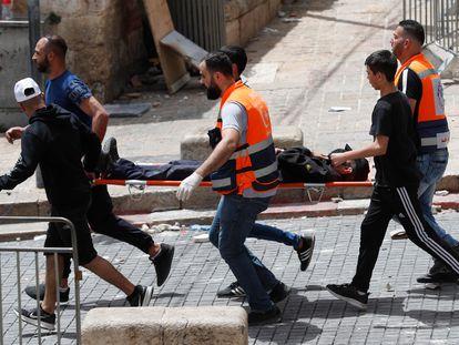 Un herido es trasladado durante los enfrentamientos en Jerusalén, este lunes.