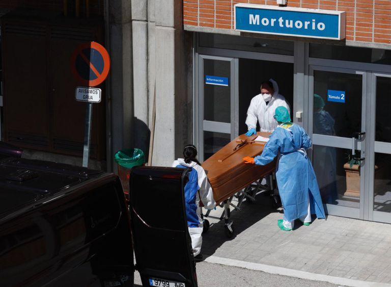Los servicios funerarios retiran dos cuerpos del mortuorio del hospital Severo Ochoa, en Leganés, el pasado 26 de marzo de 2020.