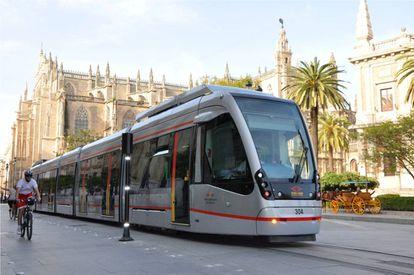 Aspecto del tranvía sin catenaria de Sevilla.