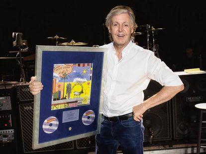 """Esta misma semana, McCartney ha conseguido su primer número uno en 36 años por su último disco, 'Egypt station'. Lo ha celebrado con esta foto y este mensaje: """"Gracias a mis fabulosos fans y a todo el equipo que trabajó en este álbum para convertirlo en el número uno""""."""