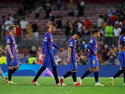 Los jugadores del Barça se retiran tras la derrota ante el Bayern