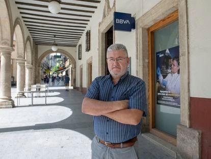Juan Manuel Cañas, empleado del BBVA que procede de Caja Postal, frente a la sucursal donde trabaja en Jaén.