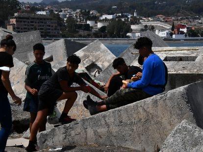 Algunos menores migrantes en Ceuta, fuera de los centros de acogida.
