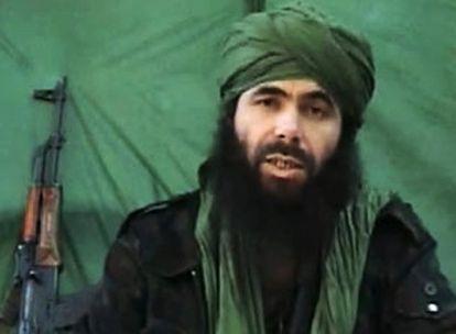 Abdelmalek Droukdel, líder de AQMI, graba un vídeo en una ubicación desconocida en una imagen tomada en 2010.