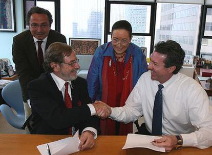 Juan Luis Cebrián y Robert Brazell firman el acuerdo estratégico entre PRISA e IBN en Nueva York en presencia de Manuel Polanco, director general de PRISA, y Violy McCausland, presidenta de Violy & Company.