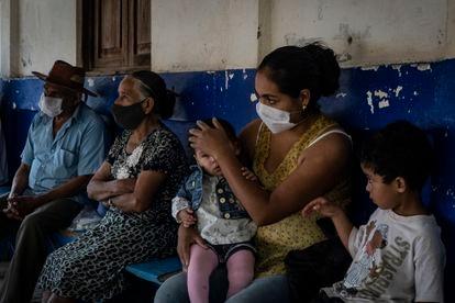 Habitantes de una comunidad ubicada en Petatlán, Guerrero, esperan atención médico en la clínica local.