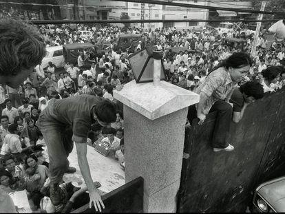 Los vietnamitas saltaban el muro de la Embajada de Estados Unidos en Saigón buscando refugio, el 29 de abril de 1975.