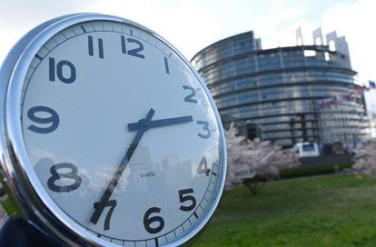 Un reloj frente al Parlamento Europeo en Estrasburgo (Francia).