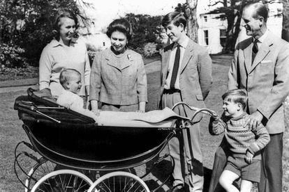 Isabel II y Felipe, con sus cuatro hijos, en 1965. El mayor Carlos, príncipe de Gales, heredero de la corona, nace en 1948; la princesa Ana, la única hija, en 1950; Andrés, duque de York, en 1960, y el pequeño, Eduardo, conde de Wessex, en 1964.