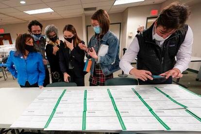 Observadores demócratas y republicanos inspeccionan las papeletas del condado de Lehigh mientras continúa el conteo de votos en las elecciones generales, el viernes 6 de noviembre, en Allentown (Pensilvania).