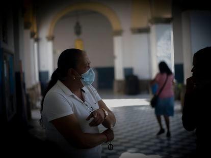 """Un familiar pide informes en el Hospital Civil de Guadalajara """"Fray Antonio Alcalde"""" es el hospital escuela de la Universidad de Guadalajara."""