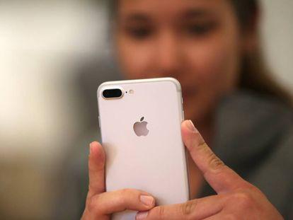 Un consumidor con el iPhone 7 en la tienda de Apple de Los Angeles, California.