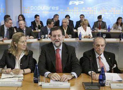 El presidente del PP, Mariano Rajoy, el presidente de honor del partido, Manuel Fraga, y la secretaria ejecutiva de Política Social, Ana Pastor.