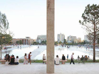 Vista parcial de la enorme plaza de Skanderbeg de Tirana, premiada ahora con un premio europeo.