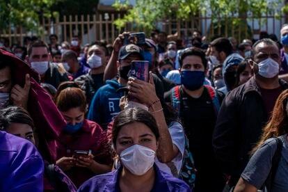 Un grupo de trabajadoras protesta afuera de la maquiladora Electrocompotentes.