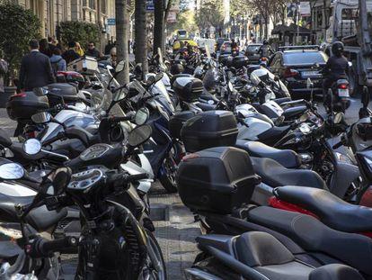 Motocicletas aparcadas en la acera de la calle Diputació.