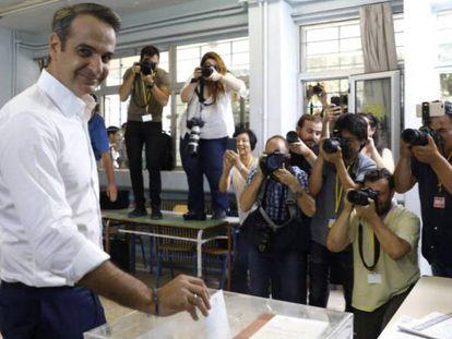 El líder conservador Kyriakos Mitsotakis vota este domingo en Atenas.