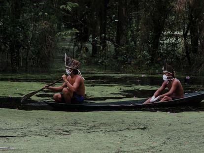 Indígenas con mascarillas navegan el río Ariau, a 80 kilómetros de Manaos, en el Estado brasileño de Amazonas.